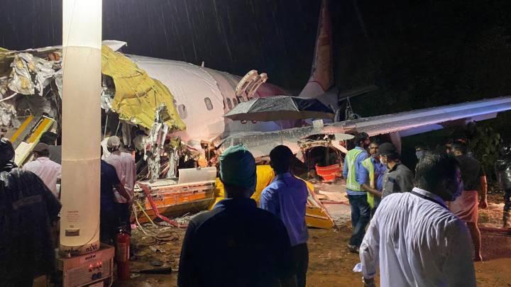 Se estrella avión en India: 14 muertos y 15 heridos