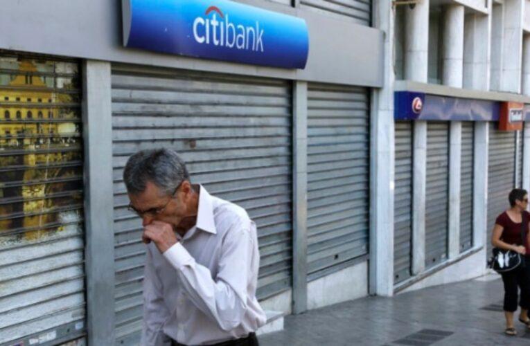 Bancos privados y públicos reducen nóminas