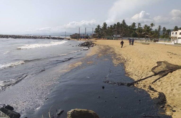Denuncian grave ineficiencia en contención de derrame de petróleo en Falcón