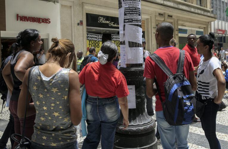Desempleo en Brasil sube a 13,3%, récord en tres años