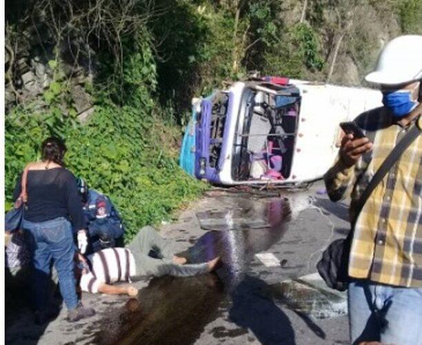 Atraco en autobús causa vuelco y seis heridos