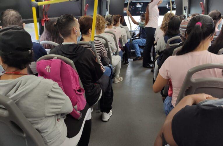 Personal de salud reclama más autobuses para su traslado