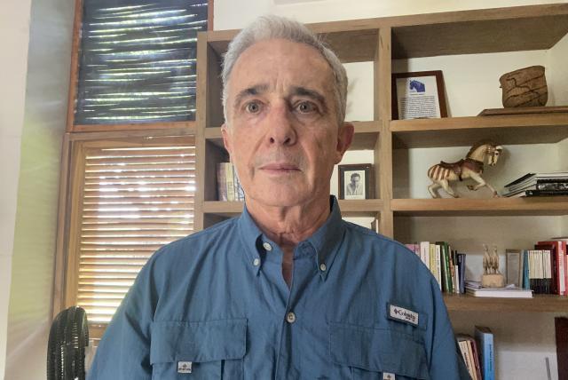Uribe acusa a FARC de su detención