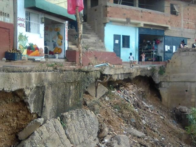 En La Jungla piden materiales para un muro de contención