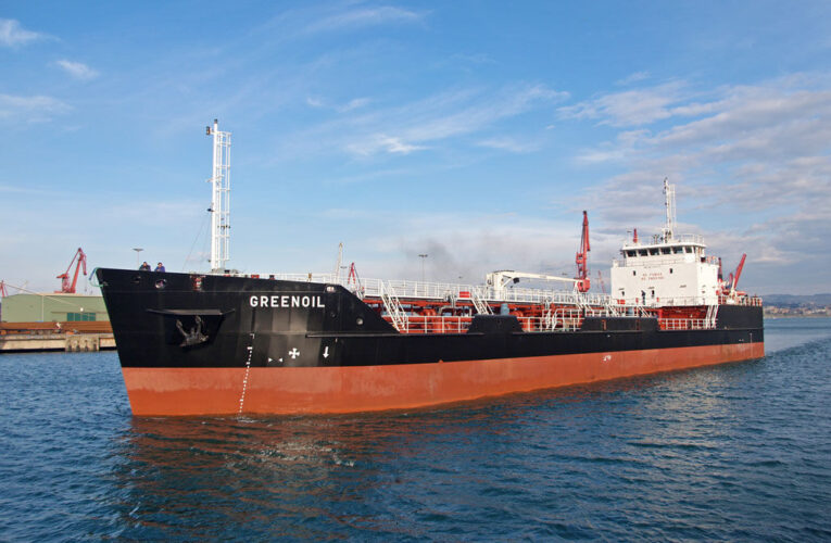 Dos buques con gasolina iraní llegarían a final de mes