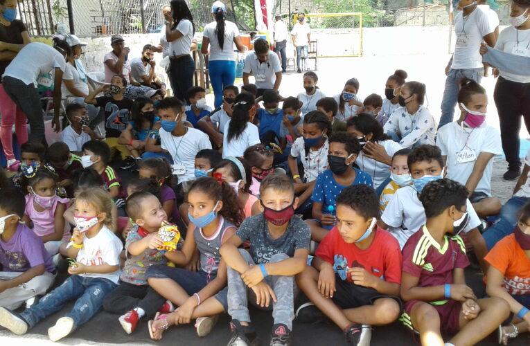 Entregan ropa y zapatos a niños de Marapa Piache