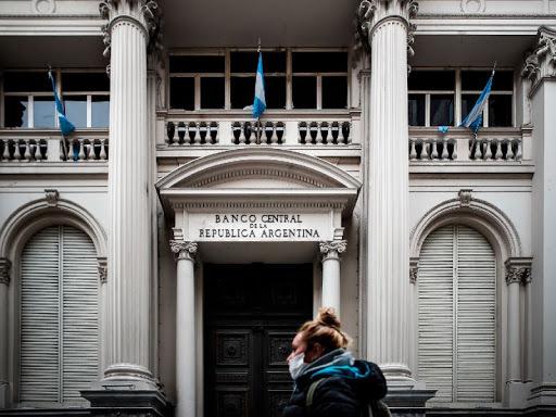 Argentina coloca impuesto de 35% a la compra de dólares