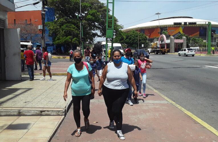 Guaireños optan por caminar por falta de transporte