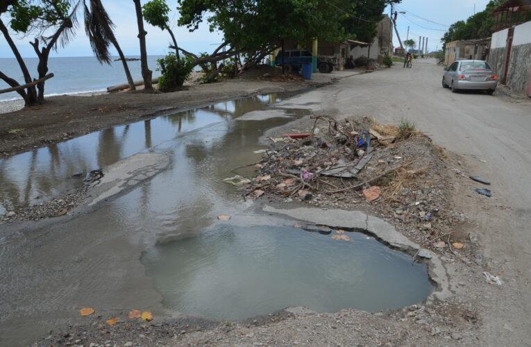 Piscina en la vía de Las Salinas pone en riesgo a vecinos y choferes