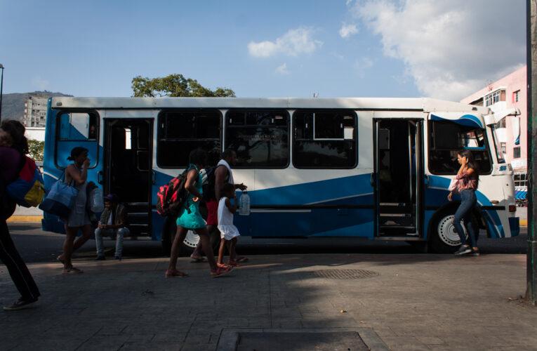 Autobuses pierden horas en colas por gasoil