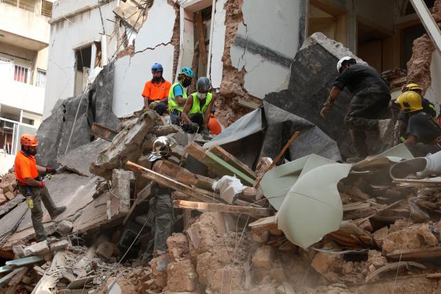 Detectan señales de vida bajo escombros en Beirut