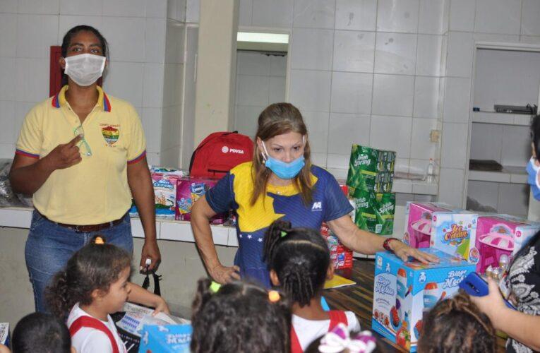 Fundación El Niño Simón donó alimentos y juguetes en Patria Niña
