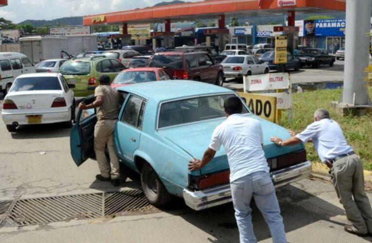 Denuncian que hay que hacer 4 días en cola para abastecerse de gasolina
