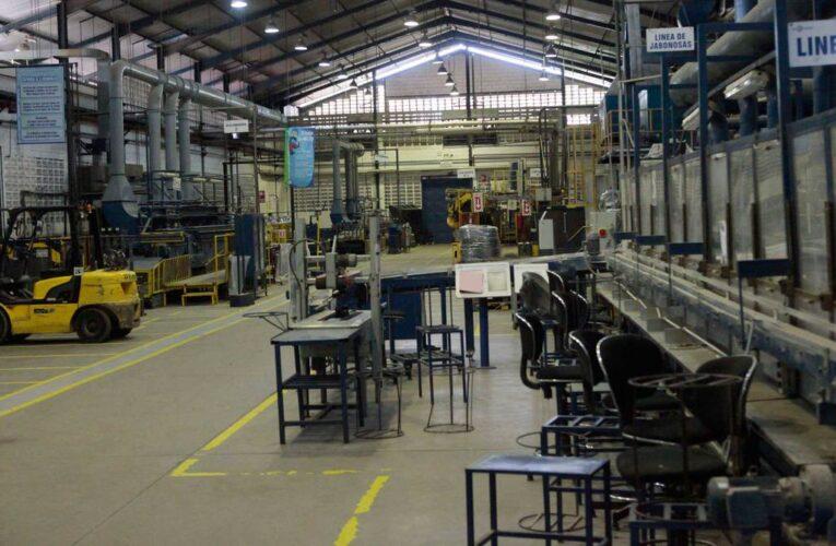 Industrias reducen personal y cierran líneas de producción