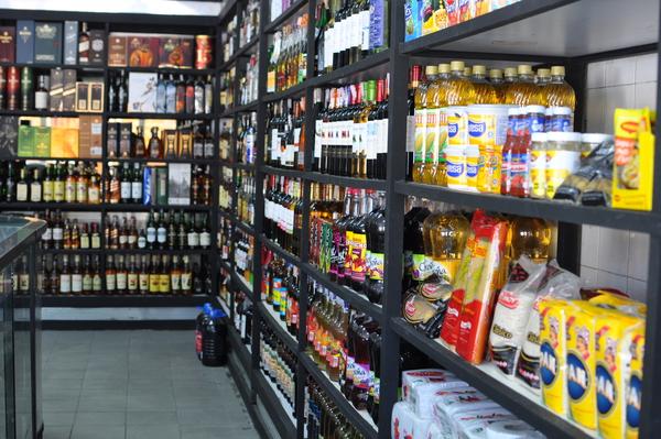 Licorerías venden alimentos para poder abrir todos los días