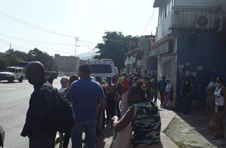 Transporte público mantiene a usuarios varados