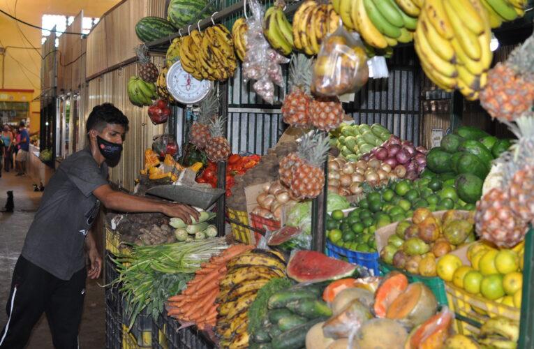 Fruteros ponen en rebaja sus productos para lograr venderlos