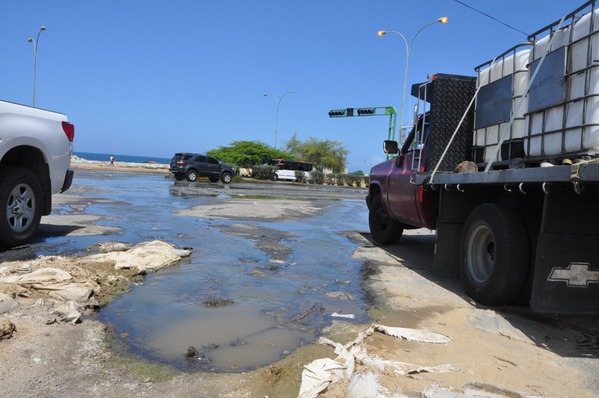 Megabote de aguas servidas colapsa la entrada de Corapal