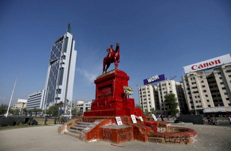 Chile: Pintan de rojo la estatua de Baquedano