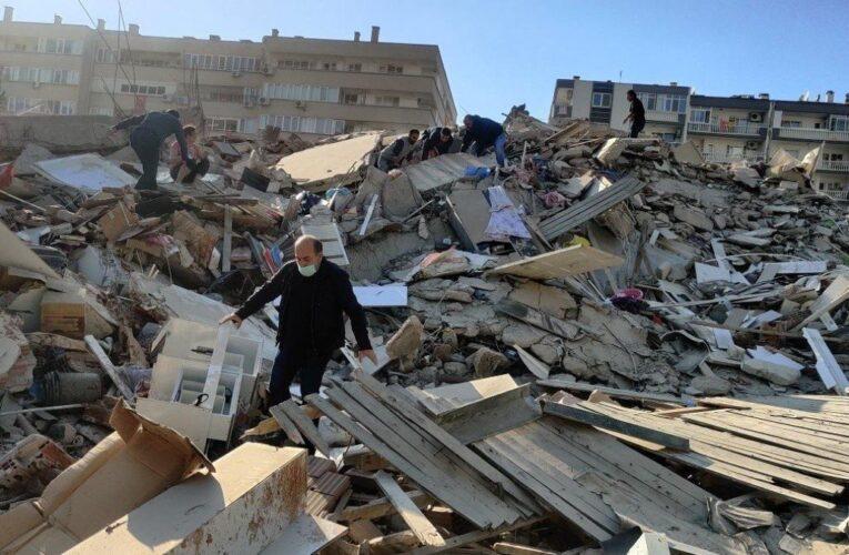 26 muertos y 800 heridos deja sismo en Turquía