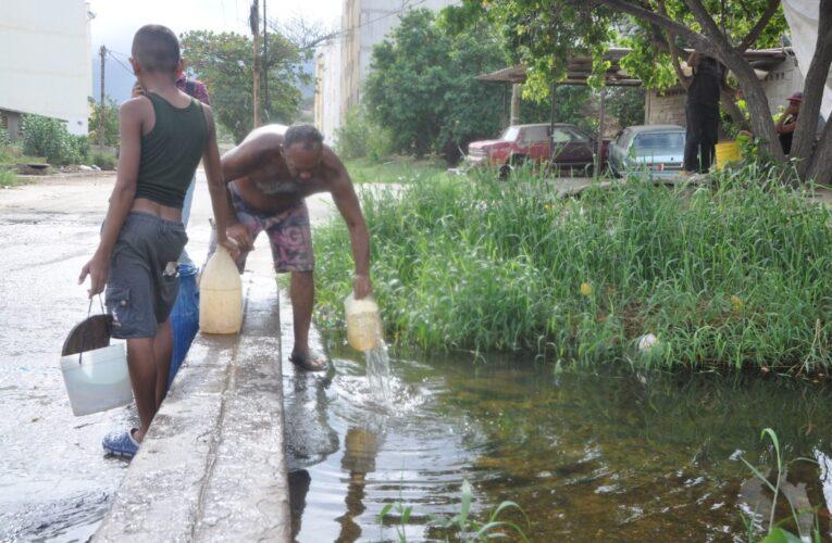 En Mare agarran agua de quebradas para sobrevivir a la escasez