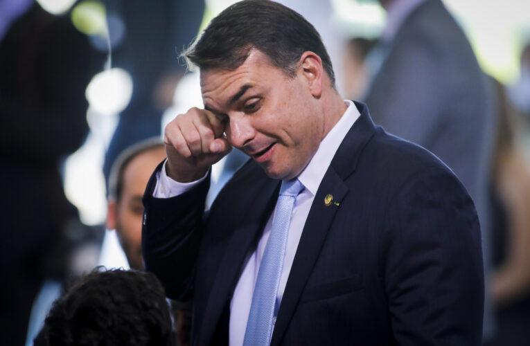 Fiscalía denuncia a hijo de Bolsonaro por corrupción