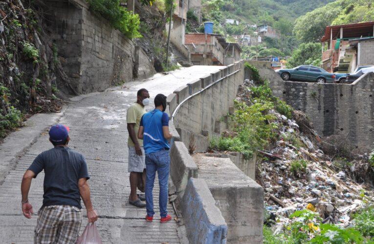 Habitantes de La Chivera pagan a $3 la hora de agua