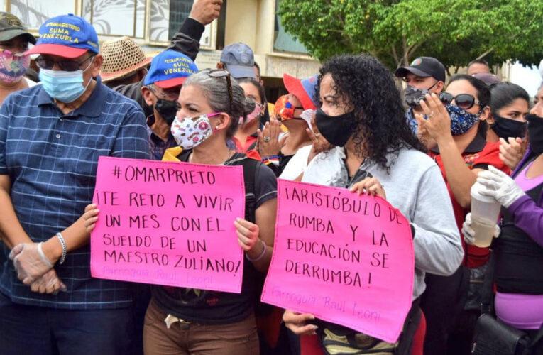 Maestros venezolanos exigen bono de $100 para Navidad