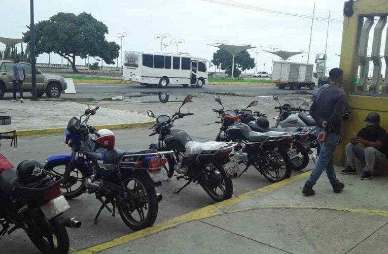 Mototaxistas buscan gasolina a diario para poder trabajar
