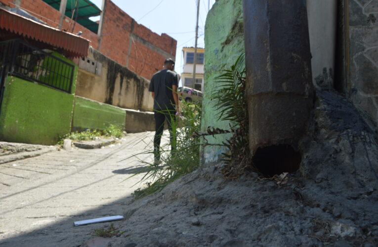 Postes a punto de caer son un riesgo en Quebrada de Cariaco