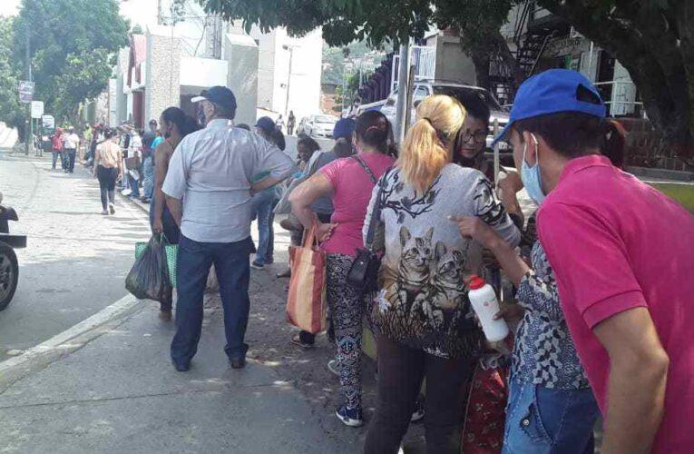Paradas siguen abarrotadas por fallas de transporte