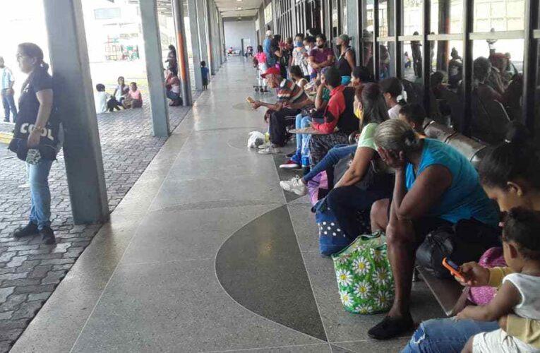 Hasta 4 horas esperan por un bus en Carayaca