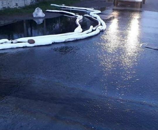 Derrame en refinería inundó autopista de Puerto La Cruz