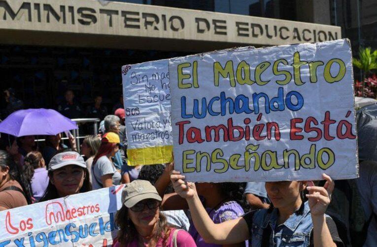 Denuncian que maestros se han quitado la vida por los bajos sueldos