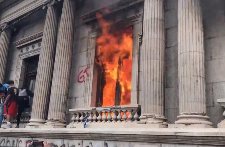 Manifestantes incendian Congreso de Guatemala
