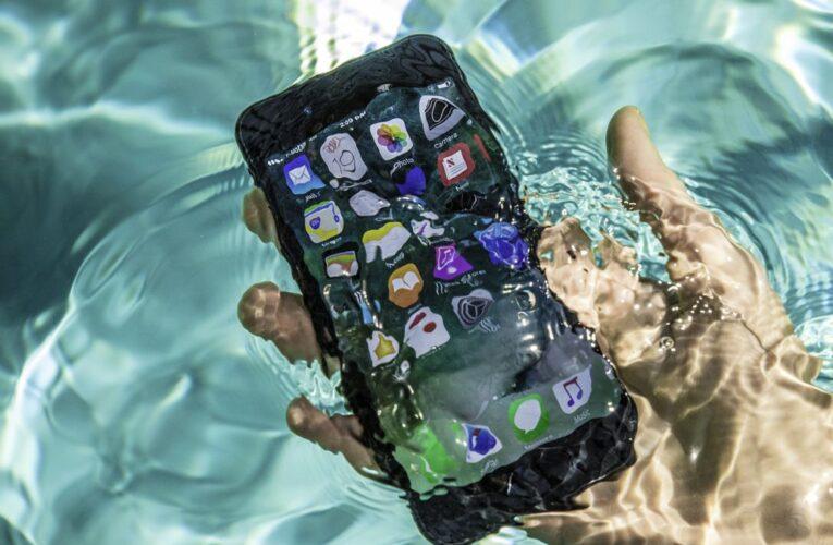 Multan a Apple por mentir sobre resistencia al agua de sus celulares