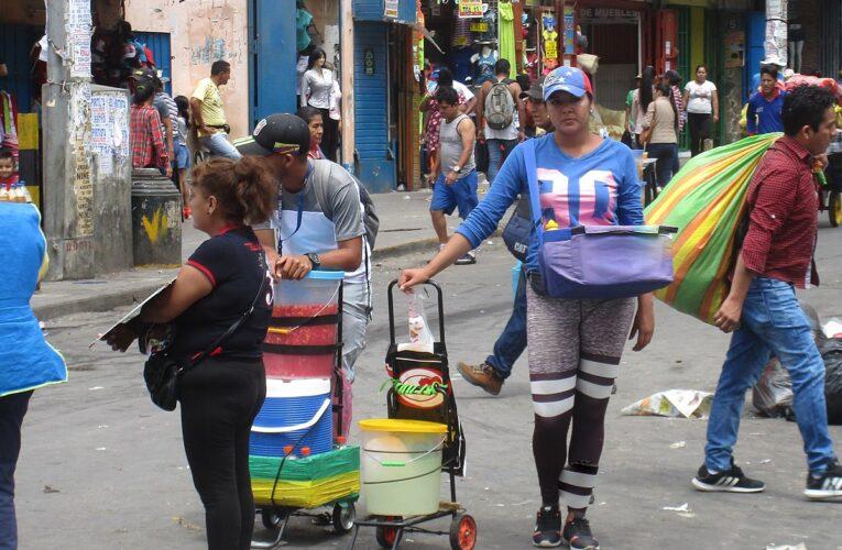 Migrantes venezolanas trabajan más horas y ganan menos que colombianas