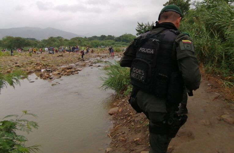 Sorprenden a 120 venezolanos ingresando a Colombia por trochas