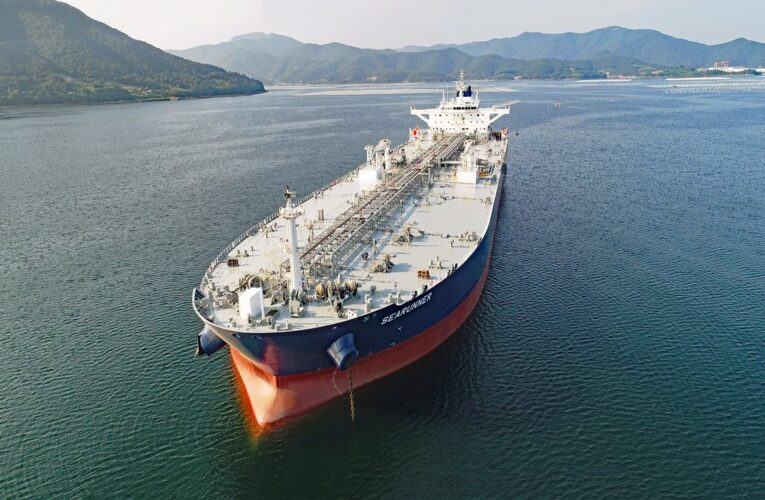 Irán manda buques con gasolina