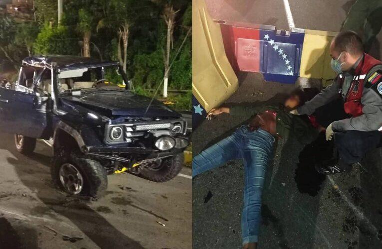 Muere una mujer al volcar Machito en la autopista