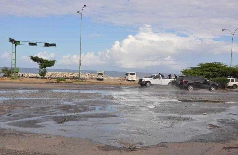 Colapsan las aguas negras en la avenida La Playa