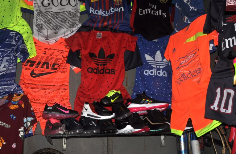Tiendas de ropa y calzado trabajan con antiguo inventario