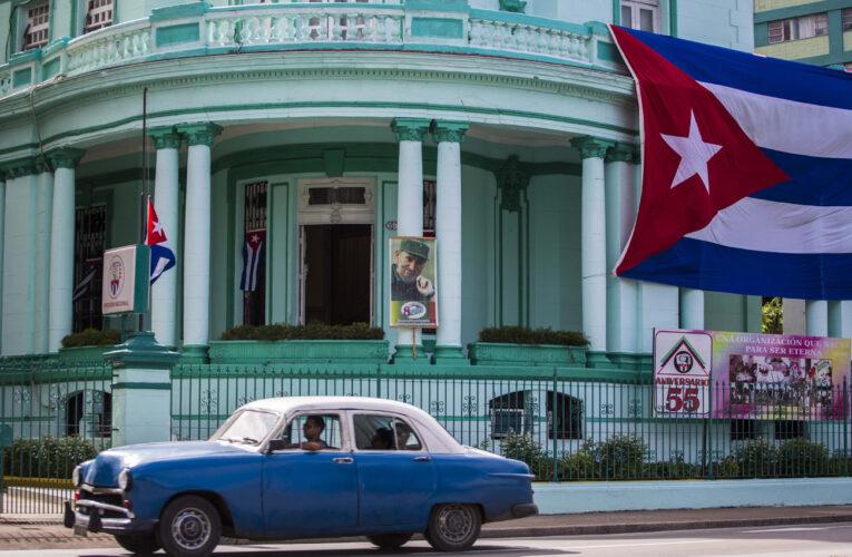 Cuba devalúa y aumenta el sueldo mínimo a 87 dólares