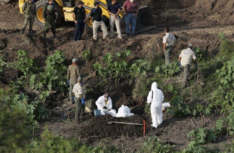 Encuentran 131 cadáveres en fosa en México