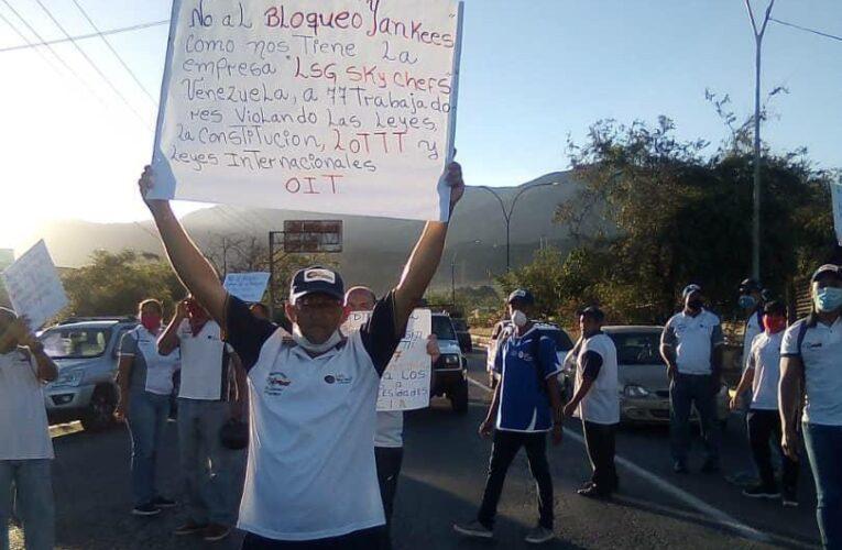 Protestan por su pago trabajadores de Sky Chefs
