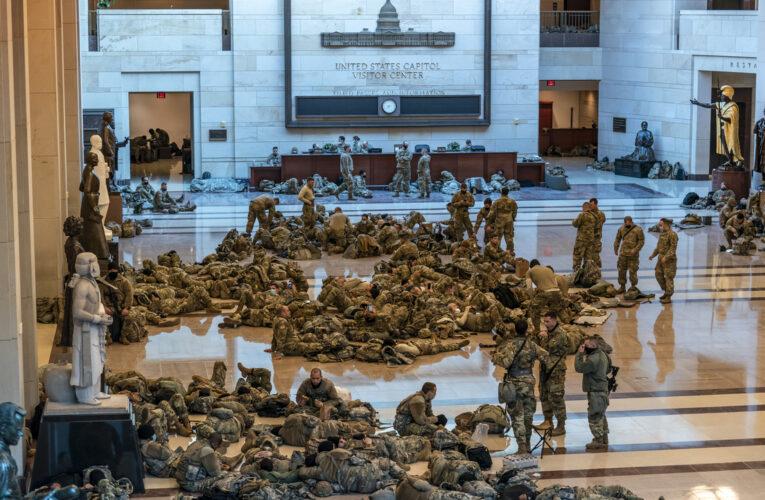 Guardia Nacional de EEUU duerme en los pasillos del Capitolio