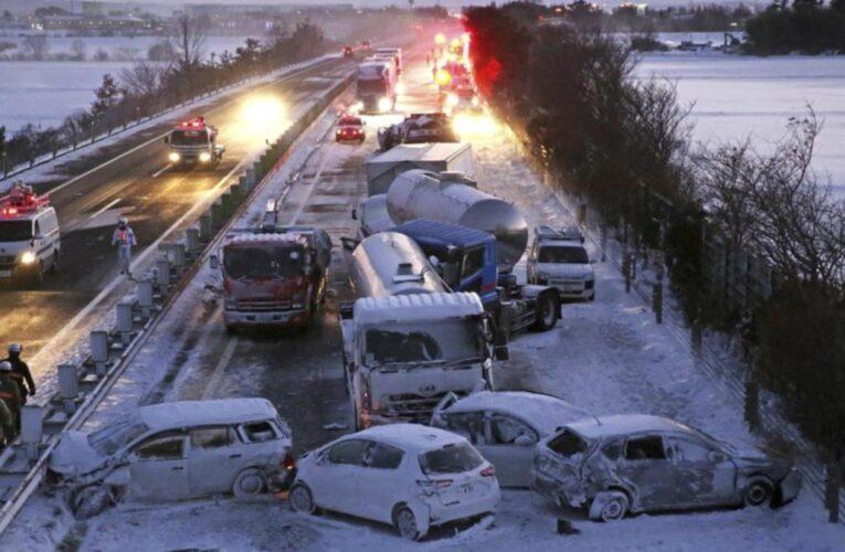 Choque masivo de 140 vehículos deja un muerto en Japón