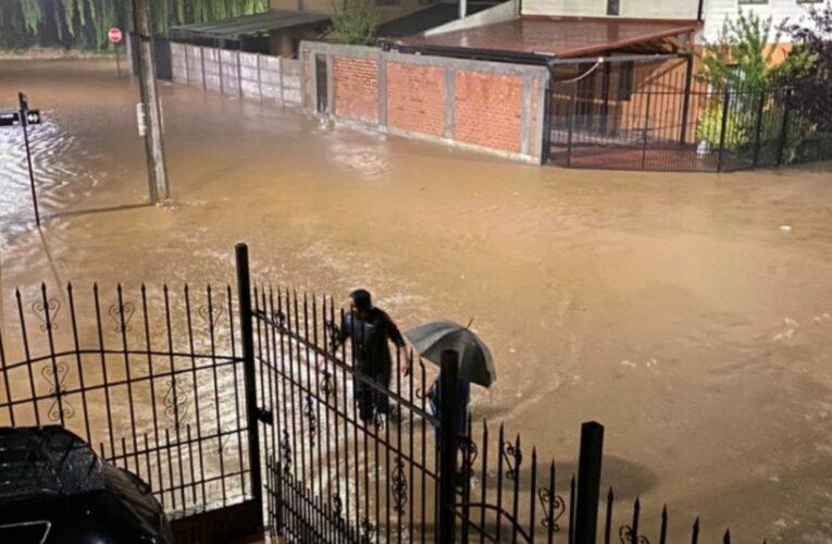 Lluvias causa apagones y derrumbes en Chile