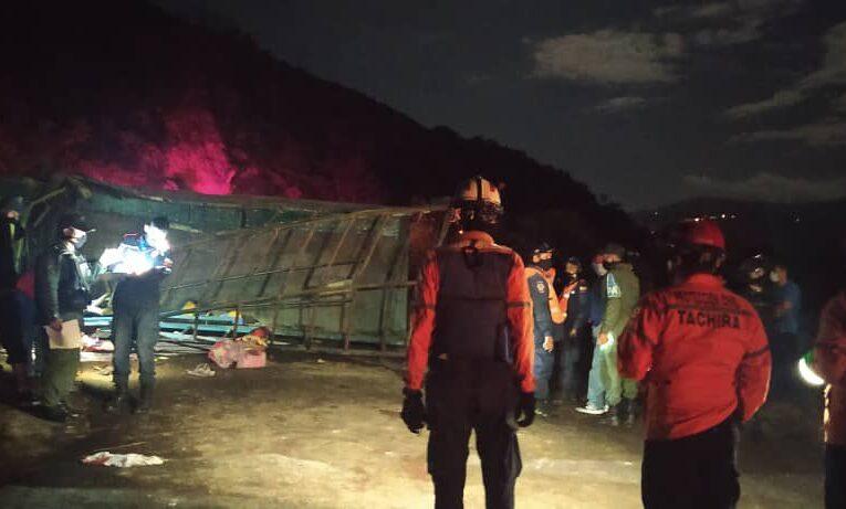 9 muertos y 21 heridos al volcar camión de la FANB en Táchira