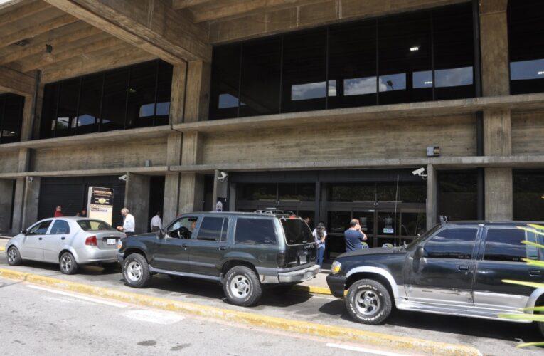 Solo quedan 20 taxis de 400 en el aeropuerto